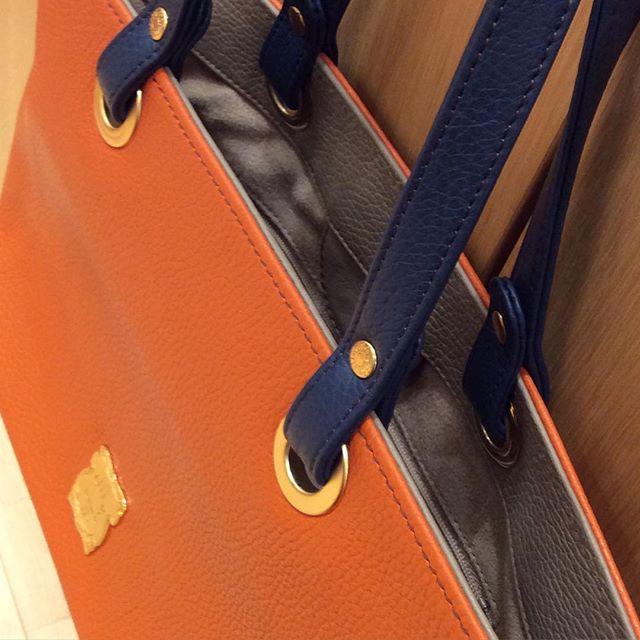 efffy オーダーバッグのご紹介。以前お客様よりオーダーを頂きましたトートバッグをご紹介致します。17色のイタリア製シュリンクレザーからお好きな色を選んであなただけの特別なトートバッグを店舗の工房でお作り致します。トートバッグはボディとハンドルの部分をそれぞれの革の色からお選び頂けます。あなた好みのバッグをオーダーしてみませんか?HS1-01 18,000円 (税抜き)www.efffy.com#efffy#madeinjapan#totebag#sacsbar#gransacs#sacsbarjean#オーダーバッグ #オレンジ#トートバッグ#サックスバー#グランサックス#サックスバージーン