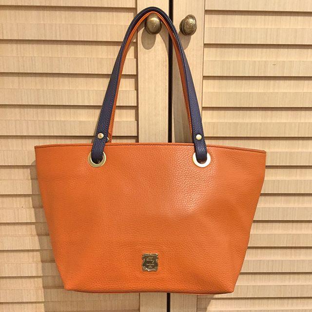 .【革バッグ 革財布 efffy】オーダートートのご紹介です。.こちらは先日初めてご来店頂いたお客様にオーダーを頂きました。.*中サイズ本体 オレンジ 内装ダークブルー 持ち手ネイビー/オレンジ普段使いのサイズで一年中使えるお色でお探しでした。オレンジをどこかに使いたいとのリクエストで、色々な組み合わせを試しこちらを気に入って下さいました。.#革バッグ #革財布 #efffy #nagoya #order #semiorder #madeinjapan #sacsbar #orange #darkblue #navy