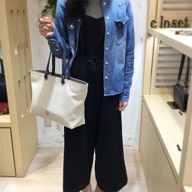 .【革バッグ 革財布 efffy】オーダートートのご紹介です。.こちらは先日ご来店頂いたお客様よりご注文を頂きました。.*大サイズ本体 アイボリー 内装 グレーベージュ持ち手 ダークブルー.A4サイズのバッグをお探しでした。お洋服にも合わせやすく、使いやすいお色味を気に入って頂く事が出来ました。.#革バッグ #革財布 #efffy #nagoya #order #semiorder #madeinjapan #sacsbar #ivory #graybege #darkblue #トートバッグ #デニムシャツコーデ#シンプル