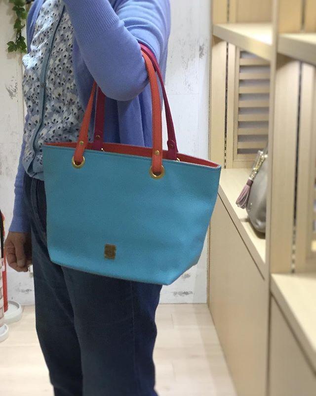 オーダートートのご紹介です。(かなり久しぶりになってしまいました) 先日、リピーターのお客様からオーダー頂きました。中サイズ本体 サックス 内装オレンジピンク 持ち手 前オレンジピンク 後ピンク季節感も有り落ち着きも有りなんと言ってもオリジナリティーのあるバッグを作りたいとの事で持ち手が2色使いのバッグが出来上がりましたトーンが同じ色の組み合わせにすると斬新なカラーでも見事にまとまりました出来上がり喜んでもらえて良かったです#efffy#エフィー#オーダーバッグ #semiorder #original #madeinjapan #イタリアンレザー #カラーバリエ #豊富 #スプリングサマー #綺麗#かわいい#兼ね備えてる !#お客様いつもありがとうございます。#エフィー名古屋店 #ユニモール6番出口すぐ #ご来店お待ちしております。