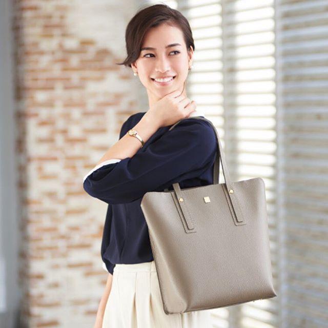 革バッグ 革財布 efffy SSシーズン新作のご紹介です。縦長シルエットが新鮮な印象のトートバッグ。口元の開口部にはファスナーがありA4もしっかり収納ができてとても便利!使用した日本製シュリンクエンボス加工牛革はキズがつきにくく扱いやすい素材です。春のオフィスコーデに幅広く活躍します!no_TS1-25 color_RE ¥18,000(+tax)www.efffy.comefffy coredo muromachiefffy nagoyaefffy's closet chofu efffy's closet machidaefffy's closet yokohama efffy's closet tokorozawaefffy's closet saitama shintoshin efffy's closet takasaki efffy's closet nishinomiya#efffy#efffys_closet_official#madeinjapan#totebag#leatherbag#leather#sacsbar#gransacs#sacsbarjean#日本製#革#革バッグ#春コーデ#グレージュ#ネイビー#ホワイト#トートバッグ#オフィスコーデ#ニット#エレガント#エフィー#サックスバー#グランサックス#サックスバージーン#かわいい