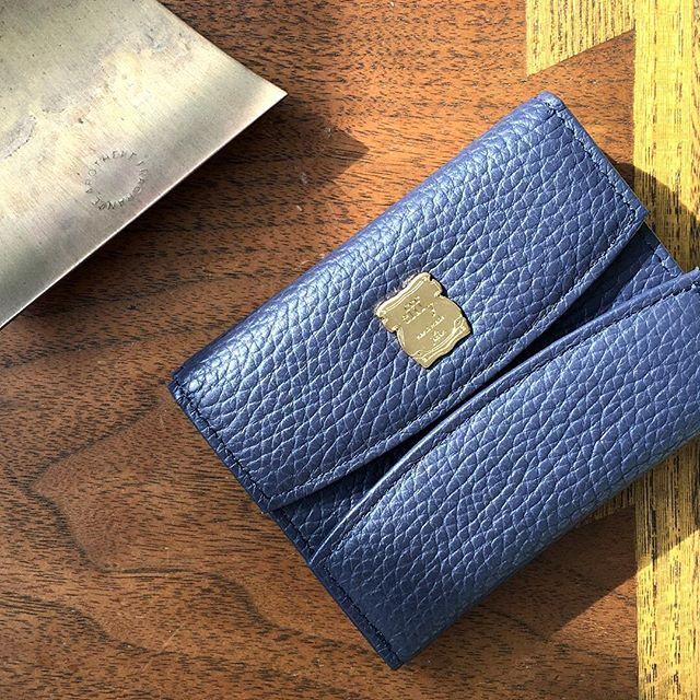 New ItemGV1- 48 ¥9,000+TAXフロントオープンタイプの新型ミニウォレットミニマルな形に使いやすさをギュッと凝縮。手にやさしくなじむ、やわらかなイタリア製シュリンク素材です。大好きなカラーが見つかる、多彩な色展開も魅力️ .#efffy#エフィー#Wallet#ウォレット#革小物#財布#バッグ#ItalianMaterial#Pochette#ポシェット#ロングウォレット#二つ折り財布#ボックス型コイン財布#カラフル小物#春色財布#牛革財布#春夏新作革小物#イタリアシュリンク素材#2waybag#春財布#春コーデ