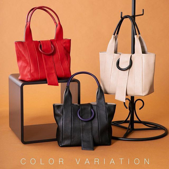 . 2019 Autumn & Winter Collection .ハンドバッグ.NS3-14  BK/GBE/RE ¥22,000+TAX .好きなカタチ、恋する色。 .この秋、お気に入りのひとつとして仲間入りさせたいハンドバッグ。丸いワンポイントはどこかレトロな雰囲気。最終的には絶対これにたどり着く四角いカタチ。そして、印象に残る美しい色。やわらかな素材は日本製のシュリンク牛革。こだわりながら丁寧につくったバッグで美しい秋を……。 .#efffy#エフィー#Wallet#ウォレット#革小物#財布#バッグ#ItalianMaterial#Pochette#ポシェット#ロングウォレット#二つ折り財布#ボックス型コイン財布#カラフル小物#春色財布#牛革財布#春夏新作革小物#2waybag#ホワイトリュックサック#牛革リュックサック#夏コーデ#牛革スムース素材#2wayボストンバッグ#赤バッグ#ベイクドカラー#ヤナギダマサミ