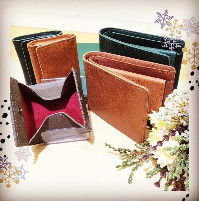 【革バッグ 革財布 kissora】新作財布のご紹介ですkissoraの二つ折り財布とコインケースに新シリーズが登場です!ツルッとした手触りで、経年変化が楽しめるシュリンク財布となっていますお色は全3色。中の布地が革の色ごとに異なるのもポイントですぜひお手に取ってご確認ください♪,,二つ折り財布(KITL-087) ¥12000+taxコインケース(KITL-088) ¥3800+tax,,#efffyscloset #kissora #町田 #町田東急ツインズ #東急ツインズ #kurukuru町田 #革 #革財布 #二つ折り財布 #コインケース #日本製 #軽い #ツルツル #経年変化 #使いやすい #オススメ
