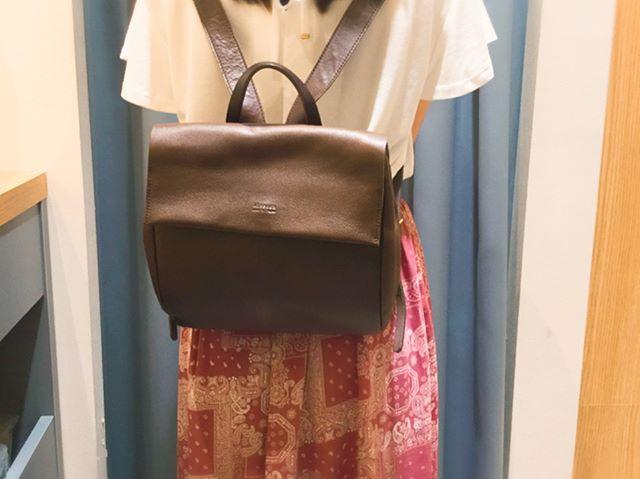 本日2度目のefffy's closet 町田東急ツインズ店より、バックのご紹介です。 今回は、kissoraからアニリンレザーのお洒落なリュックです。なんと言っても、形がとても可愛くカラーも綺麗なので、とても人気の商品です!大きさもちょうどいいサイズなので、普段使いにもお出かけや旅行にも使えて、コーディネートのアクセントになります!ショルダーはなで肩の方でもずり落ちずに使っていただけます。 efffy's closet 町田東急ツインズ店では、全色取り揃えておりますので、ぜひお越しくださいませ LD-034 リュック ¥20,000+tax (CAM,GRY,CHO,BK)#kissora #革財布#革小物#efffy #リュック#おしゃれ#町田#町田ツインズ#町田東急#東急ツインズ#東急#夏#革好きな方と繋がりたい