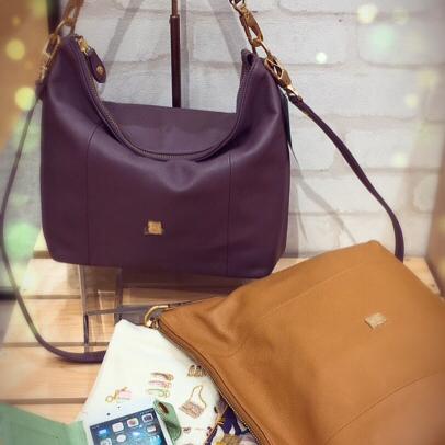 革バッグ・革財布・efffy新作バッグと財布のご紹介です♡秋の装いにぴったりなバッグとお財布になります♡2wayが便利なバッグと牛革に友禅染のお財布はとても綺麗な色ですよ♡可愛い商品になりますので是非見にいらして下さいませーーーーーーーーーーーーーーNS1-27¥29,000+taxcolor:キャメル  size:275×300×90 NS1-29¥25,000+taxcolor:ダークラベンダー  size:250×255×80 iPhone7ケースIN2-02 ¥6,500+taxcolor:ライトグリーン NW1-32¥13,000+taxcolor:ベージュ、オレンジ、ピンク#efffy #efffyscloset #西宮ガーデンズ #大人可愛いコーデ #おとなかわいい #バッグ #秋コーデ #可愛い #スタッフもほしい #iphone #財布 #色可愛い  #2way#西宮 #西宮北口