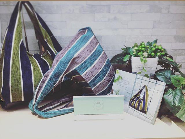 革バッグ・革財布・efffy.efffy人気商品のスペイン製ファブリックのバッグです️(カタログ掲載商品).縦に入ったラインと色使いのバランスが良く可愛い物になっていて容量もよく背面にポケットがついてたりと機能的にもなっていますきっとこのバッグで人と差をつけますね️.¥9500+tax.#efffy_official #efffys_closet_official #efffys_closet_yokohama #efffy #エフィー #スペイン製 #ファブリック #カタログ掲載 #可愛い #お洒落さんと繋がりたい #個性的 #横浜ジョイナス #横浜 #町田 #自社ブランド #秋冬コーデ #休日コーデ #新作 #人気商品 #17aw #バッグ