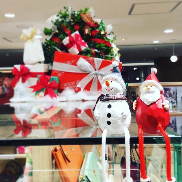 革バッグ・革財布.ジョイナス3Fエフィーズクローゼットでは少しずつクリスマスモードに入ってますギフトコーナーもあるので店頭でご覧になってみてください.#ジョイナス横浜 #madeinjapan #efffy #クリスマス #ギフト #サンタ #雪だるま #ラッピング #冬 #財布 #バッグ #小物 #革